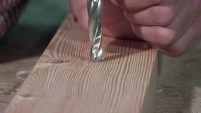 Trazo y perforación de un tablero de madera almacen de metraje de vídeo
