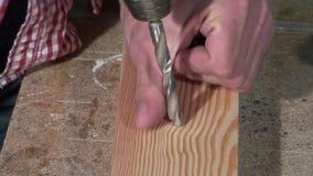 Trazo y perforación de un tablero de madera almacen de video