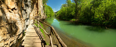 Träbana längs floden Arkivbilder