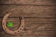 trébol Cuatro-con hojas y un zapato del caballo Imágenes de archivo libres de regalías