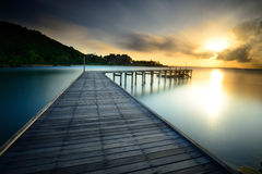Träbron med soluppgång på nationalparken Khao Leam Ya - M Arkivfoto