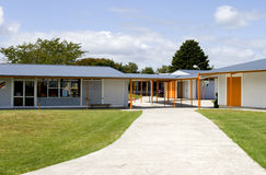 träbyggnadsingångsskola Arkivbilder