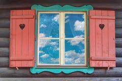 TräChaletfönster Arkivfoton