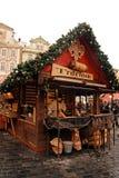 Trdelnik -在布拉格圣诞节市场上的滚动的酥皮点心 库存图片
