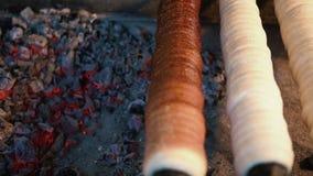 Trdelnik bakt op steenkolen stock footage