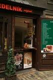 Trdelnik - boulangerie tchèque traditionnelle Cuisson douce tchèque de pâtisserie sur le marché en plein air dans Cesky Krumlov Images libres de droits