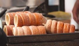 Trdelnik - pâtisserie douce chaude tchèque traditionnelle vendue dans les rues de Prague Photos libres de droits