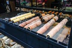 Trdelnik, sobremesa tradicional cozeu em uma estaca de madeira do fogo aberto no mercado do Natal de Praga imagens de stock royalty free