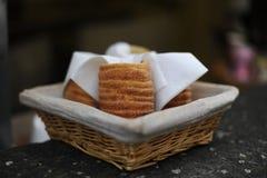 Trdelnik tjeckisk traditionell söt bakelse i en korg Arkivfoton