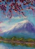 Trädfilialer ovanför sjön på en bakgrund av berg Arkivbild