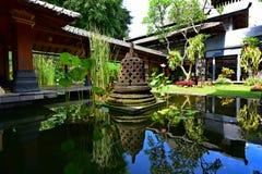 Trädgård av en lyxig semesterort i Java Arkivfoton