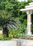 Trädgård med vattenspringbrunnen Arkivfoto