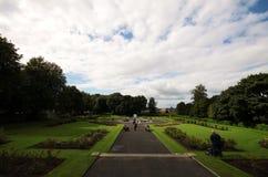 Trädgård på den Kilkenny slotten, Irland Arkivfoto