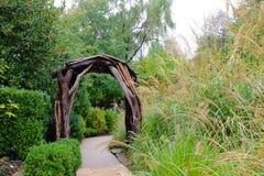 Trädgårds- bana och axel Arkivbild