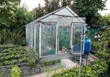 Trädgårds- hemlagat växthus med den kalla ramen Arkivbilder