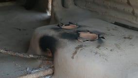 Trditional印地安石火炉 印度 在火炉的火焰 从一个孔的烟在熔炉 股票视频