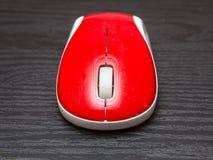 Trådlös röd datormus Arkivfoto