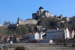 TreÄ Ãn slott över stad i TrenÄ  Ãn royaltyfria bilder