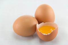 Tre ägg är på en vit bakgrund Royaltyfria Foton
