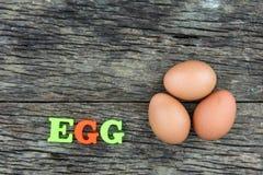 Tre ägg på den wood tabellen Arkivbild