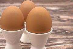 Tre ägg på en ställning Royaltyfri Fotografi