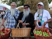 Tre äldre bönder på Apple frälsarefestmåltid - östliga slaviska folk semestrar och viktigast av de tre frälsarebrunnsortdagarna Arkivbilder
