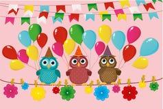 Tre älskvärda ugglor sitter på ett rep och rymmer ballonger Flaggor stock illustrationer