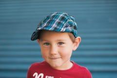 Tre år gammal pojke med hatten Arkivfoto