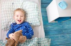 Tre år gammalt barn som ligger i säng Fotografering för Bildbyråer