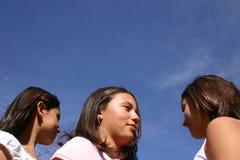 Tre adolescenti che guardano il cielo fotografia stock