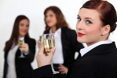 Tre affärskvinnor som rostar framgång Royaltyfria Foton