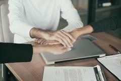 Tre affärspartners team med händer tillsammans till att hälsa sta Arkivfoton