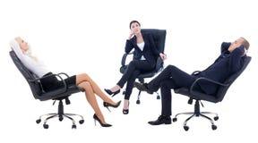 Tre affärspersoner som sitter på kontorsstolar som isoleras på whit Royaltyfri Bild