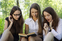 Tre allievi che imparano insieme esterno Fotografia Stock Libera da Diritti