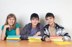Tre allievi con i libri Immagini Stock