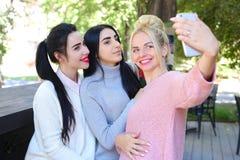 Tre amiche meravigliose della ragazza fanno il selfie, foto sul pho Immagine Stock Libera da Diritti