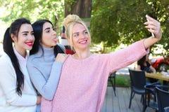 Tre amiche meravigliose della ragazza fanno il selfie, foto sul pho Immagine Stock