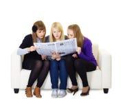 Tre amiche teenager hanno letto il giornale Fotografie Stock Libere da Diritti