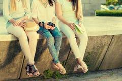 Tre amiche turistiche attraenti fotografia stock