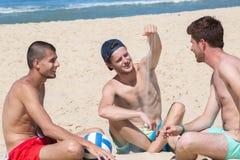 Tre amici alla spiaggia Fotografia Stock