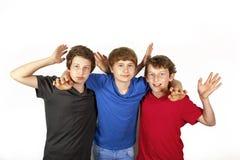 Tre amici allegri felici in blu, nel rosso e nel nero immagini stock libere da diritti