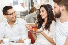 Tre amici in caffè Fotografie Stock Libere da Diritti