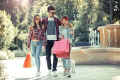 Tre amici che giudicano le borse colorate disponibile Fotografia Stock Libera da Diritti