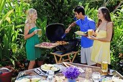 Tre amici che hanno un pranzo del barbecue Fotografia Stock Libera da Diritti
