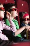 Tre amici che mangiano popcorn Fotografia Stock Libera da Diritti
