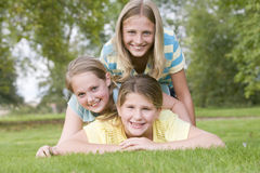 Tre amici della ragazza accatastati su ciascuno immagini stock libere da diritti