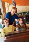 Tre amici di anni dell'adolescenza in caffè Immagini Stock