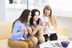 Tre amici femminili sorridenti che prendono selfie dal telefono cellulare Immagini Stock Libere da Diritti