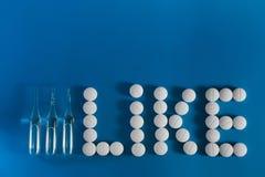 Tre ampuller och vitpreventivpillerar royaltyfria foton