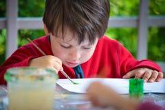 Tre anni della pittura del ragazzo con la spazzola Fotografia Stock Libera da Diritti